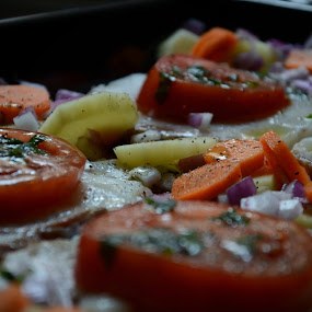 πριν το ψήσιμο..φέτες σφυρίδας με πατάτες, καρότο, κρεμμύδι, σκόρδο, λάδι, μαϊντανό και πιπέρι...μμ νόστιμο.. ;)before cooking..slices of grouper with potato, carrot, onion, garlic, oil, parsley and pepper ...mm taste good.. ;)ευχαριστώ την Marietta Mastroyianni, Helen Kitsiou και τον Γιώργο Γεωργιάδη για την βοήθεια στη συνταγή :) by Pantelis Orfanos - Food & Drink Cooking & Baking