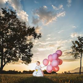 I've got sunshine... - My girl by Yansen Setiawan - Babies & Children Child Portraits ( sunset, baby, balloon, toddler, evening )