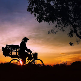 Manuk-manuk... sinten badhe tumbas diobral..Rp2000 angsal 3... by Arie Dexz - Transportation Bicycles