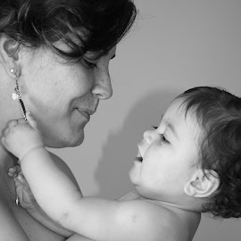 Unconditional Love by Sofia Abrantes - People Maternity ( love, maternity, black and white, portrait )