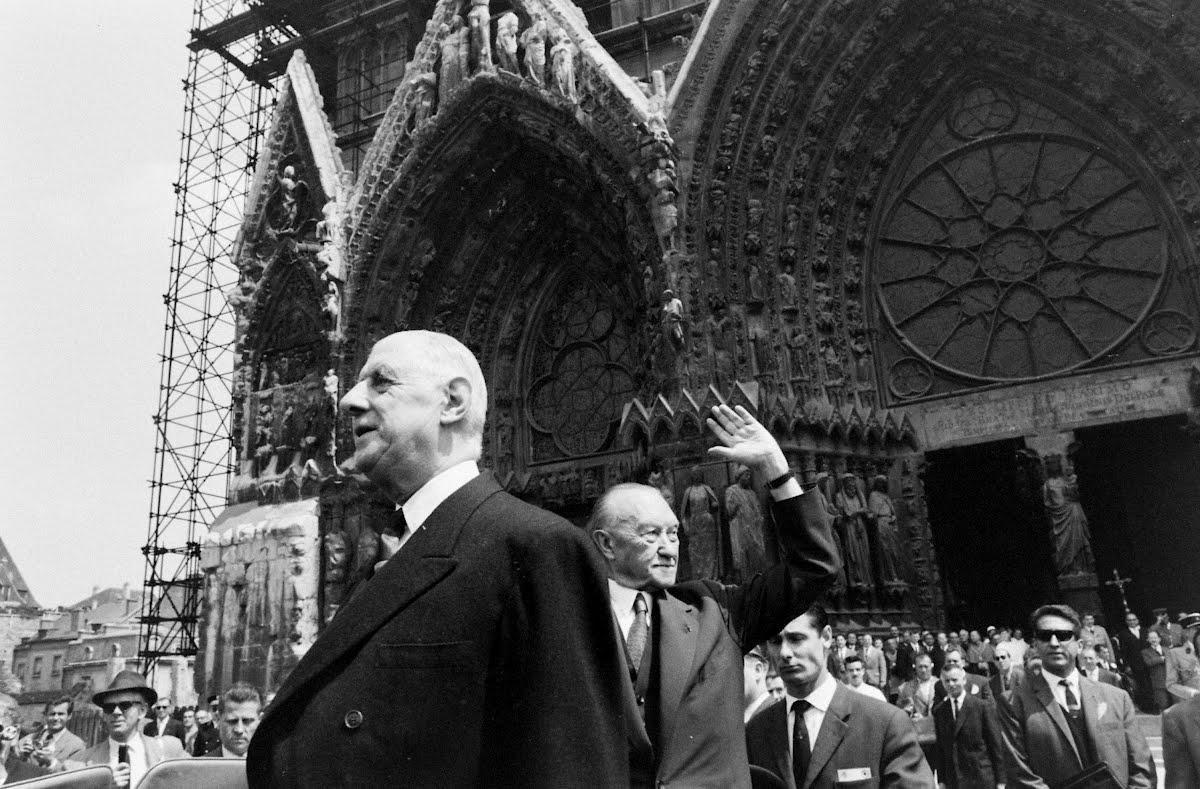 De Gaulle und Adenauer vor der Kathedrale in Reims, Frankreich, 1962.