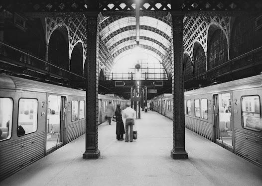 Malgré sa modernité, la gare d'Orsay est rapidement dépassée par l'évolution du chemin de fer. La longueur de ses quais n'est pas adaptée aux nouveaux convois.
