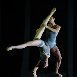 Dancers in the Dark by Renato Marques - People Musicians & Entertainers ( dancing, performance, dark, couple, stage, dance, acrobatic )