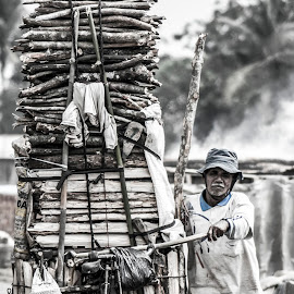 The Strong Man by Deden Wahyuniman Mortir - People Street & Candids ( work, life, strong, black and white, street, job, human interest, man )