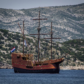 Galleon sailing between the islands. by Paul Jenking - Transportation Boats