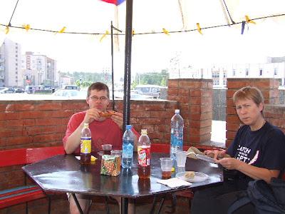 Der erste Tag in Sewerobaikalsk - ein Fastfood-Mahl unterm Sonnenschirm am zentralen Platz.