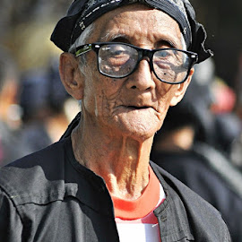 by Chev M - People Portraits of Men ( glasses, candids, street, old man )