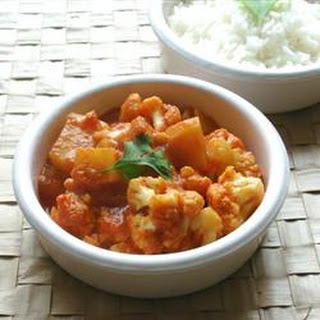 Gobi Aloo (Indian Style Cauliflower with Potatoes)