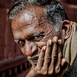 Old Indian Guy- fatephur sikri, Uttar Pradesh by Jacq Aquino - People Portraits of Men