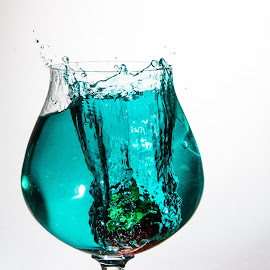 by Ralf Harimau Weinand - Food & Drink Alcohol & Drinks ( spritzer, erdbeere, highspeed, tropfen, wasser, glas )