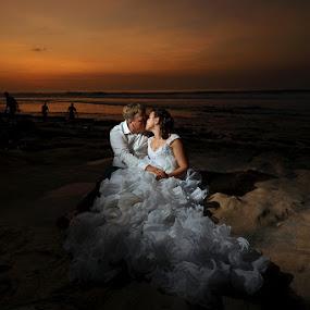 Romantic Kiss by Amin Basyir Supatra - Wedding Bride & Groom ( love, kiss, bali, red sky, prewedding, wedding, romantic, white dress, beach,  )