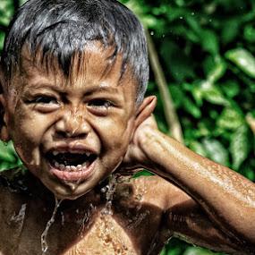 Diguyur pancuran by Syf Talkie - Babies & Children Child Portraits ( water, children, boy, swimming )