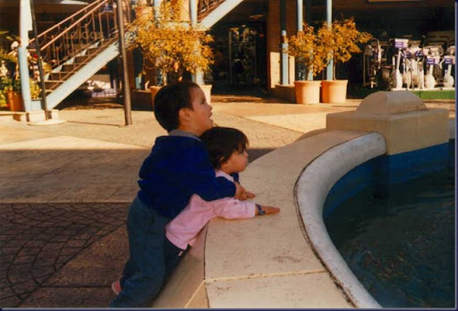 Santi y Carola en la fuente