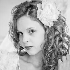 Pretty by Fernanda Magalhaes - Black & White Portraits & People ( black and white, retrato, close up, pretty, portrait )