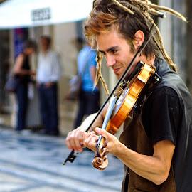street performer by Guilherme  Junior - People Musicians & Entertainers ( performer, musician, people, entertainer )