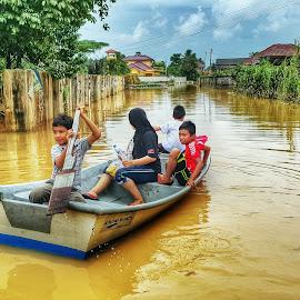 Flood in Kelantan by WAN MOHD SHAHRIDHAN WAN MOHD ANWAR - Instagram & Mobile Android ( water, kotabharu, hdr, kelantan, flood, boat )