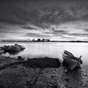 B&W Sunset by Rui Catarino - Black & White Landscapes ( tejo, rio, barcos, monocromático, boats, river, barreiro )