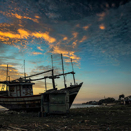 Terdampar di Hangatnya Pagi by I Ketut  Sadia - Transportation Boats ( traditional port, boats, beach, sunrise, fisherman, landscape )