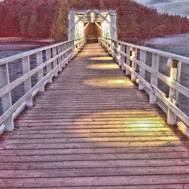 Liessaaren silta iltavalaisuksessa by Jouni Linden - Instagram & Mobile Android
