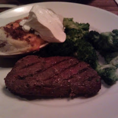 8 oz sirloin, steamed broccoli & skinless baked potato w sour cream.  Big GF menu!