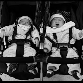 Unsynchronized Twins by Daniel Legendarymagic - Babies & Children Babies ( babies, twinbabies, candids, bw, candid, digicore, travel, twins, moments, kembar, bayi, dcp, sync, baby, legendarymagic )