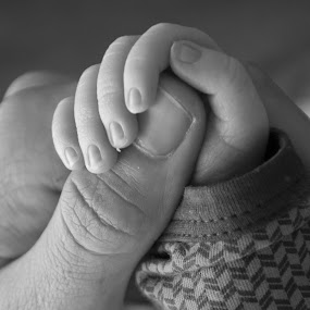 hand in hand by Oniram Reivar - People Maternity ( fresh born, hand in hand, black white, baby, close up )