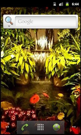 熱帯の滝を逃れる