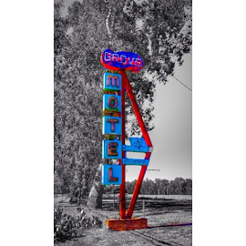 A very cool old motel sign, shot off old highway 99 last weekend. by Chris Ring - Instagram & Mobile Android