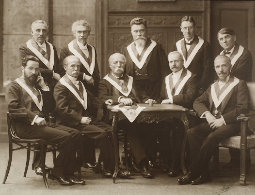 Henri La Fontaine, Venerable Master, with members of his Committee of Dignitaries (Lodge Les Amis philanthropes), circa 1910