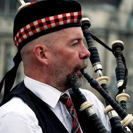Bagpiper by Vinod Chauhan - People Portraits of Men ( london eye, london, bagpiper, sreetshow, big ben, street shot, street photography )