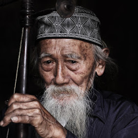 Portrait Ki Soeripto: Serius by Franciscus Satriya Wicaksana - People Portraits of Men ( human interest, musician, old man, people, portrait,  )