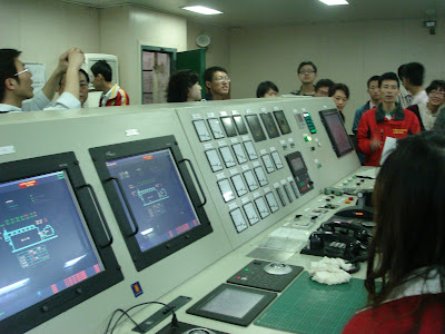 控制室,穿船员服的是罗政委