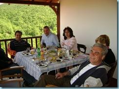 Στο μπαλκόνι του σπιτιού του Τάσου. Από αριστερά Εγώ, ο Βασίλης Γιαννακούδης και η γυναίκα του Ζωή, Η Ελενίτσα και ο Τάσος Πασχούλας