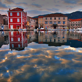 by Petar  Botteri - City,  Street & Park  Vistas