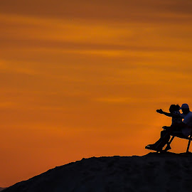 A Sunset to Remember by Rafael Aguilo - People Couples ( beaches, natural light, candids, sunset, natural beauty,  )
