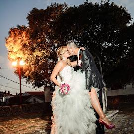 midnight kiss by Ivan Tuta - Wedding Bride & Groom ( kiss, biograd, night, ivantutaphotograpphy, modern wedding photography )