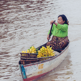 Banana Seller by Stefanus Ming - Transportation Boats ( banana, indonesia, sales, banana seller, stefanus, ming, stefanus ming, seller, borneo, banjarmasin,  )