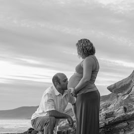Belly Kiss by Chris Coggin - People Maternity ( canon, love, kiss, mother, matenity, california, beach, portraits, father,  )