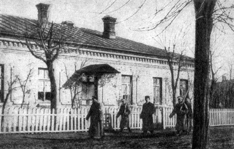 Очаков. Лейтенанта П. П. Шмидта ведут под конвоем в суд. Фото. 1906 г.