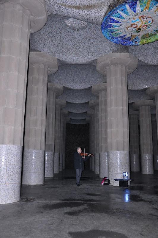 Музыкант в зале ста колонн в парке Гуэля