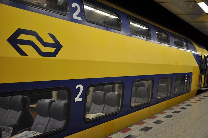 Двухэтажный поезд из аэропорта Схипхол в Амстердам