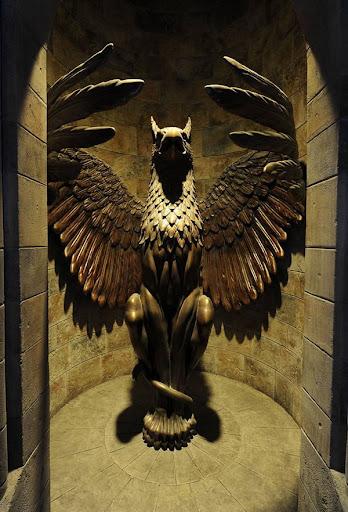 Когда директором был Дамблдор - выпускник Гриффиндора - горгулья открывала.