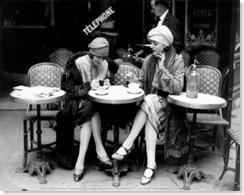 Mujeres-sentadas-en-la-terraza
