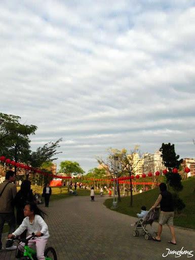 天上的雲和公園的遊客