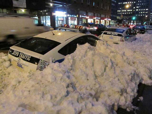 Уборка снега по-американски (закопали патрульку)