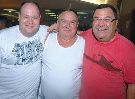 DJ Rodrigo Bramucci e um sorridente Mug com o aniversariante Soster, ao centro (Crédito: Fábio Alexandre)