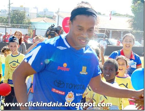 Ronaldinho Gaúcho entra no campo do Primavera (Crédito: Fábio Alexandre)