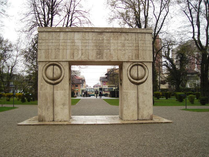 Poarta Sarutului, vedere din spre Aleea Scaunelor.JPG