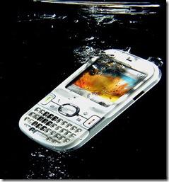 telefon cazut in apa