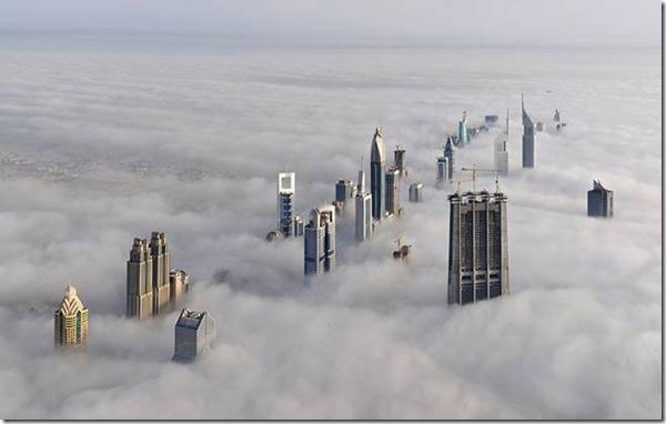 cladiri deasupra norilor